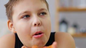 Fetter Junge, der Pizza isst stock video