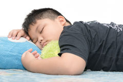 Fetter Jungenschlaf auf Weiß lizenzfreie stockfotos