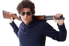 Fetter Kerl mit Gewehr Stockbilder