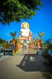 Fetter lachender Buddha über blauem Himmel, KOH Samui Stockbilder