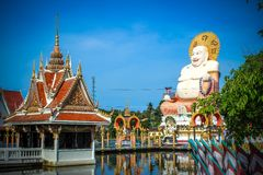 Fetter lachender Buddha über blauem Himmel, KOH Samui Lizenzfreie Stockfotografie