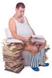 Fetter Mann, der auf der Toilette sitzt Lizenzfreie Stockfotos