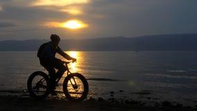 Fettes Fahrrad nannte auch fatbike oder Fettreifenfahrrad im Sommer, der auf den Strand fährt stock video footage
