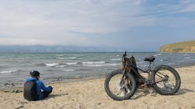 Fettes Fahrrad nannte auch fatbike oder Fettreifenfahrrad im Sommer, der auf den Strand fährt stock footage