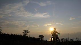 Fettes Fahrrad nannte auch fatbike oder Fettreifenfahrrad im Sommerreiten im Gras stock video footage