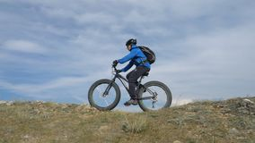 Fettes Fahrrad oder fatbike oder Fettreifenfahrrad im Sommer, der durch die Hügel fährt stock video footage