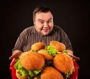Fettes Fleisch fressendes Schnellimbiß hamberger Frühstück für übergewichtigen Menschen Lizenzfreie Stockfotos