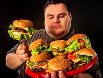 Fettes Fleisch fressendes Schnellimbiß hamberger Frühstück für übergewichtigen Menschen Lizenzfreie Stockfotografie