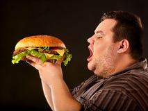 Fettes Fleisch fressendes Schnellimbiß hamberger Frühstück für übergewichtigen Menschen Lizenzfreie Stockbilder