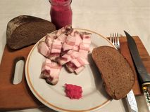 Fettes salziges wird durch Stücke auf einer Platte mit Meerrettich und Brot auf einer Tabelle für wirkliche Männer geschnitten stockfotos
