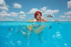 Fettig kvinna och piranhas Royaltyfria Bilder