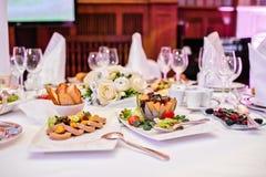 Fettleberpastete mit Crackern und Beeren Bankett in einem luxuriösen Restaurant stockfoto