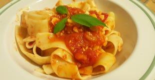 Fettucce avec les tomates et le basilic Photos stock