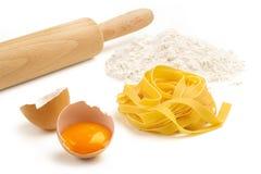 Fettuccine, ägg och mjöl Royaltyfria Bilder