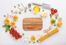 Fettuccine και μακαρόνια με τα συστατικά για το μαγείρεμα των ζυμαρικών στοκ εικόνα με δικαίωμα ελεύθερης χρήσης