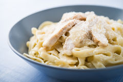Fettuccine Alfredo ζυμαρικών με το κοτόπουλο και την παρμεζάνα στοκ φωτογραφίες