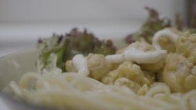 Fettuccine Alfredo με την άσπρη σάλτσα κολοκυθιών κοτόπουλου Fettuccine Alfredo ζυμαρικών με το κοτόπουλο, την παρμεζάνα και το μ φιλμ μικρού μήκους
