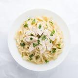 Fettuccine Alfredo de las pastas con el pollo, el parmesano y el perejil Foto de archivo libre de regalías