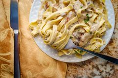 Fettuccine Alfredo Grilled Chicken stock fotografie