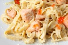 Fettuccine avec les saumons et le caviar Photographie stock libre de droits