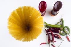 Fettuccine Bolonhês da massa com molho de tomate na bacia branca Vista superior imagens de stock