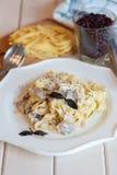 Fettuccine carbonara w białym pucharze z bekonem i pieczarkami Obraz Royalty Free