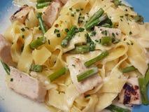 Fettuccine con la salsa, el pollo y el espárrago de queso Fotos de archivo libres de regalías
