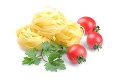 Fettuccine con los tomates y el perejil de cereza Aislado foto de archivo libre de regalías