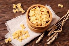 Fettuccine crudo della pasta in una ciotola di legno Fotografie Stock