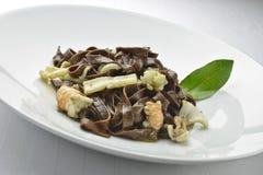 Fettuccine de chocolat de plat de pâtes avec les crevettes roses et les seiches 2 Images stock