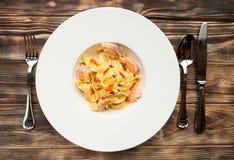 Fettuccine de las pastas con los salmones y el caviar en un plato blanco en un cortejar Fotografía de archivo