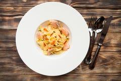 Fettuccine de las pastas con los salmones y el caviar en un plato blanco en un cortejar Imágenes de archivo libres de regalías