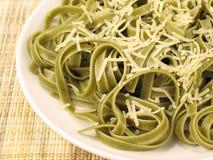Fettuccine degli spinaci con parmigiano grattato 3 Immagini Stock
