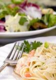 Fettuccine dos salmões e do camarão Fotografia de Stock