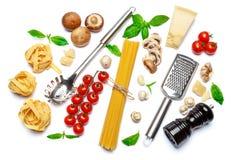 Fettuccine e spaghetti, verdure con gli ingredienti per la cottura della pasta Fotografie Stock Libere da Diritti