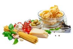 Fettuccine e spaghetti, verdure con gli ingredienti per la cottura della pasta Immagini Stock Libere da Diritti