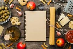 Fettuccine en spaghetti met ingrediënten voor het koken van deegwaren Hoogste mening met ruimte voor tekst stock foto