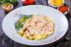 Fettuccine makaron z owoce morza, kałamarnica pierścionkami, garnelą, mussels, ostrygami, pomidorem, parmesan serem, basilem i kr zdjęcia stock