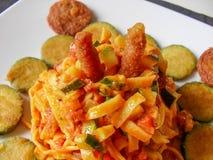 Fettuccine med salami och den stekte zucchinin Royaltyfria Bilder