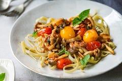Fettuccine met de saus van Cherry Tomatoes en van de Paddestoel Stock Afbeeldingen