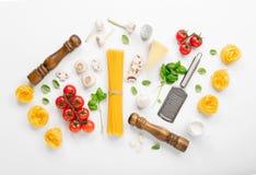 Fettuccine och spagetti med ingredienser för att laga mat italienarePA royaltyfri fotografi