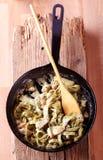 Fettuccine van de spinazie met kip stock fotografie