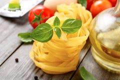 Fettuccine z basilem opuszcza zbliżenie Obraz Royalty Free