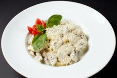 Fettuccine z kurczakiem i pieczarkami styl włocha Włoszczyzna fo Fotografia Royalty Free
