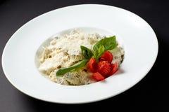 Fettuccine z kurczakiem i pieczarkami styl włocha Włoszczyzna fo Obrazy Royalty Free