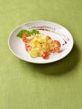 Fettuccine z piec na grillu czereśniowymi pomidorami, garnelami i Parmezańskim ch, Obraz Royalty Free