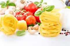 Fettuccine zbliżenie z składnikami dla kulinarnego makaronu Zdjęcia Royalty Free