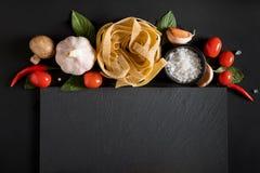 Fettuccinetagliatelledeg med champinjoner, örter och kryddor fotografering för bildbyråer