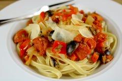 Fettuccini con la salsa y el parmesano de alcaparra fotos de archivo