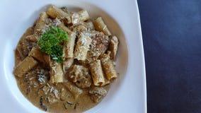 Fettuchini italiano con la salsa del parmigiano sulla ciotola, qualsiasi generi di spaghetti immagine stock